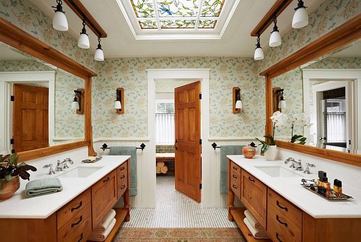 Красивый интерьер ванной с отделкой из дерева и витражным окном фото