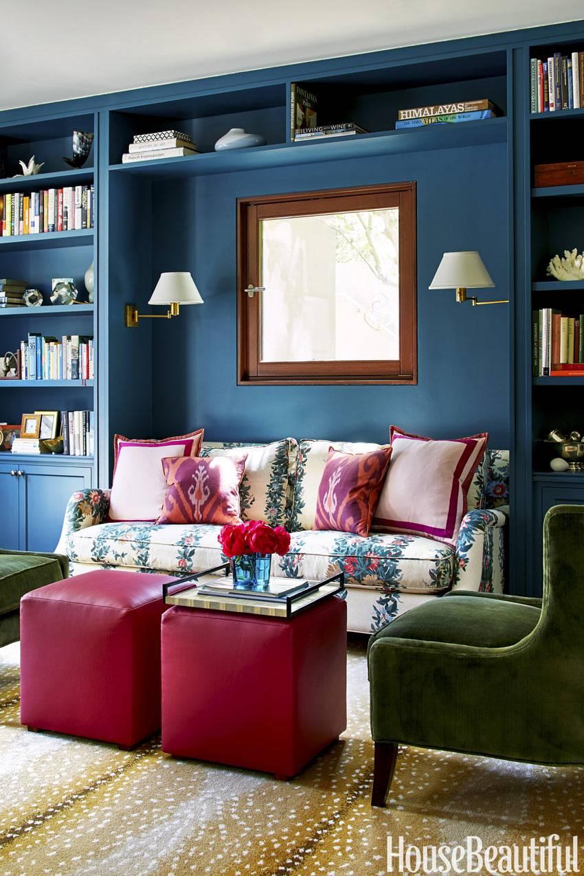 Яркие цвета - синий и розовый в дизайне гостиной комнаты фото
