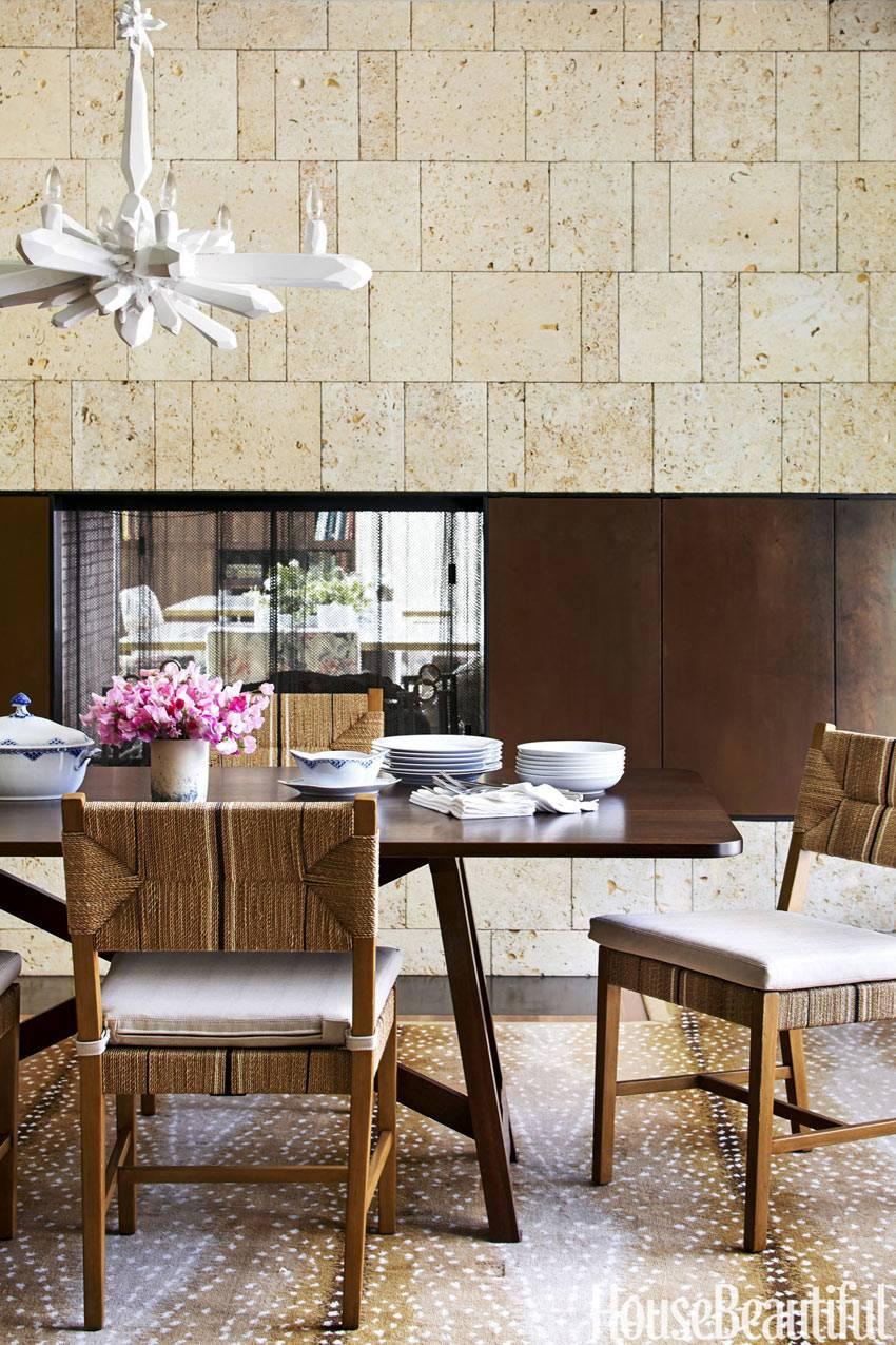 Столовая зона на кухне с натуральной мебелью фото