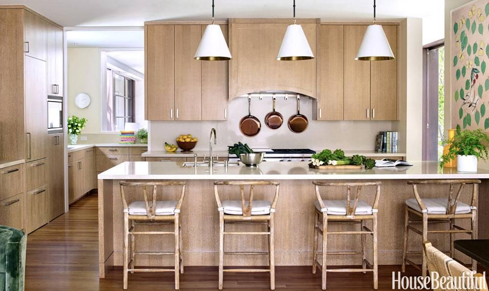 красивый интерьер кухни со светло-коричневыми фасадами фото