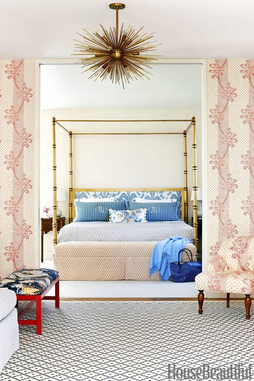 золотые элементы в декоре спальной комнаты фото