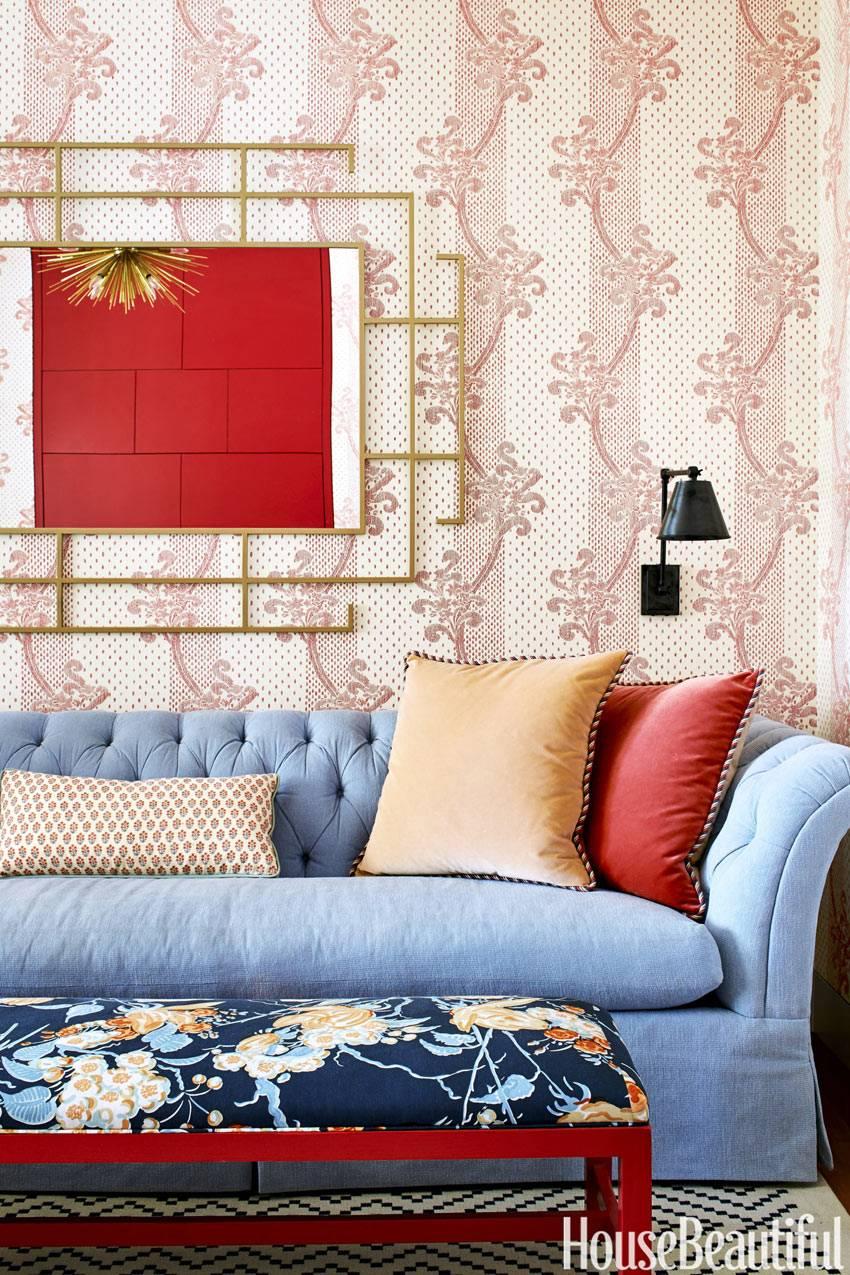 Голубой диван с зеркало в золотой раме фото
