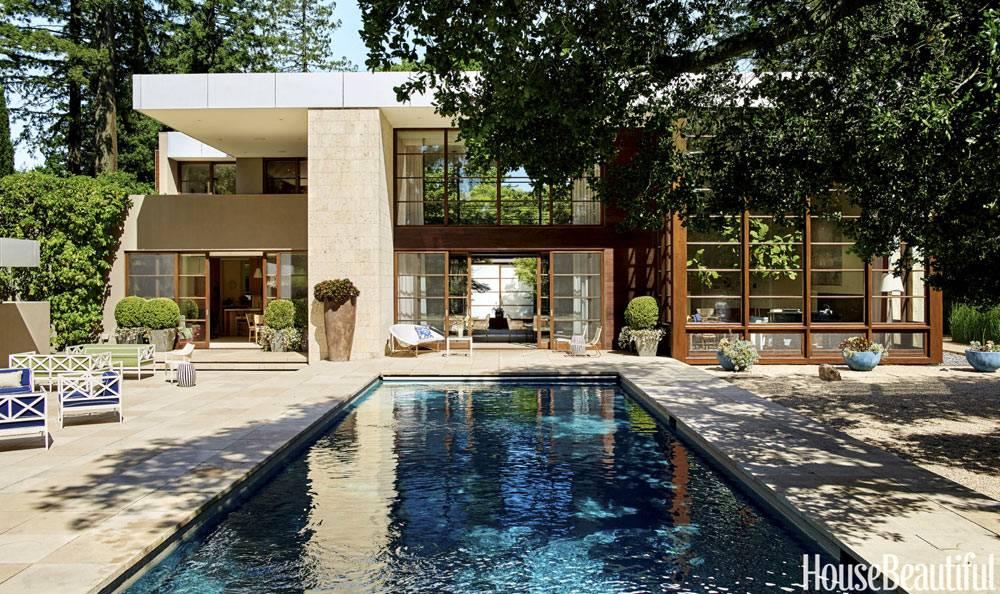 большой бассейн во дворе дома в Калифорнии фото