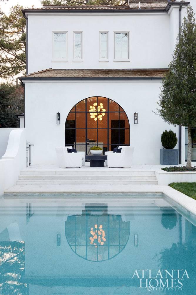 двухэтажный дом с бассейном в Атланте фото