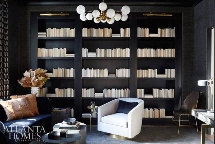 черный цвет в интерьере рабочего кабинета с библиотекой