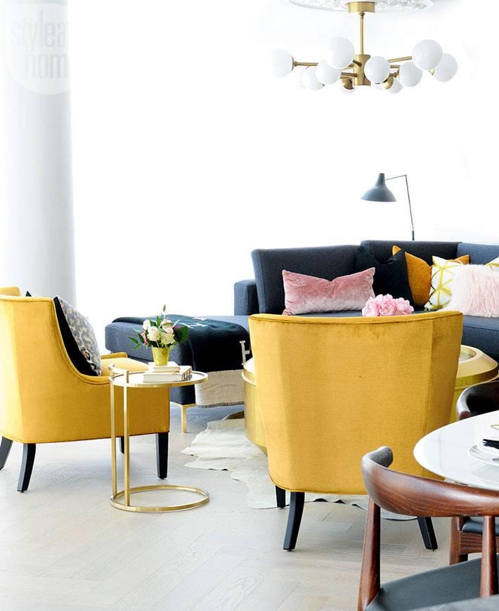 Дизайн гостиной комнаты с яркими желтыми креслами фото