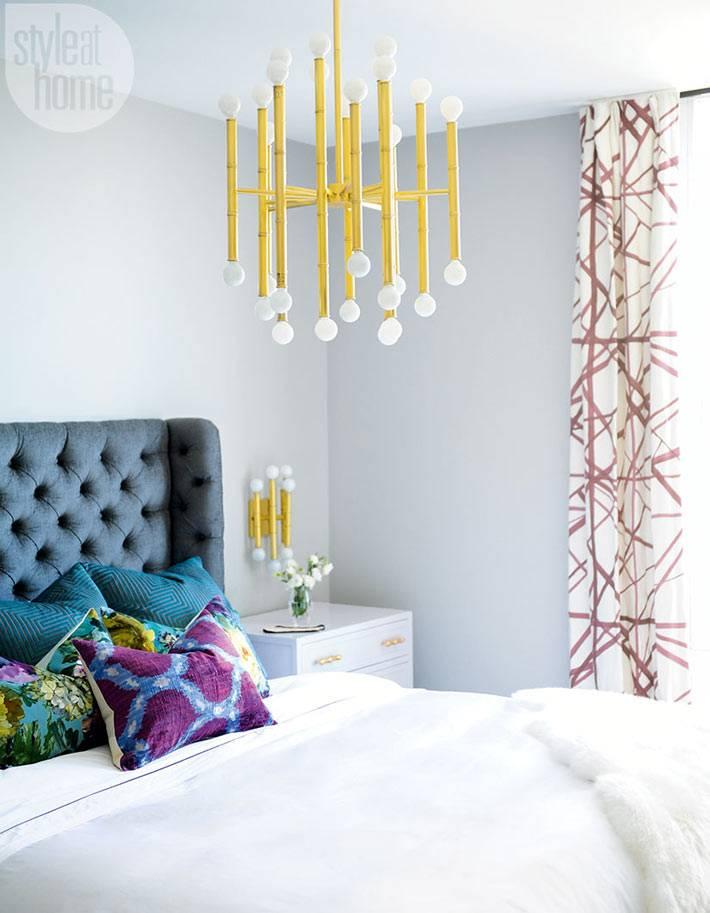 Золотистая люстра с белыми плафонами в дизайне спальни фото