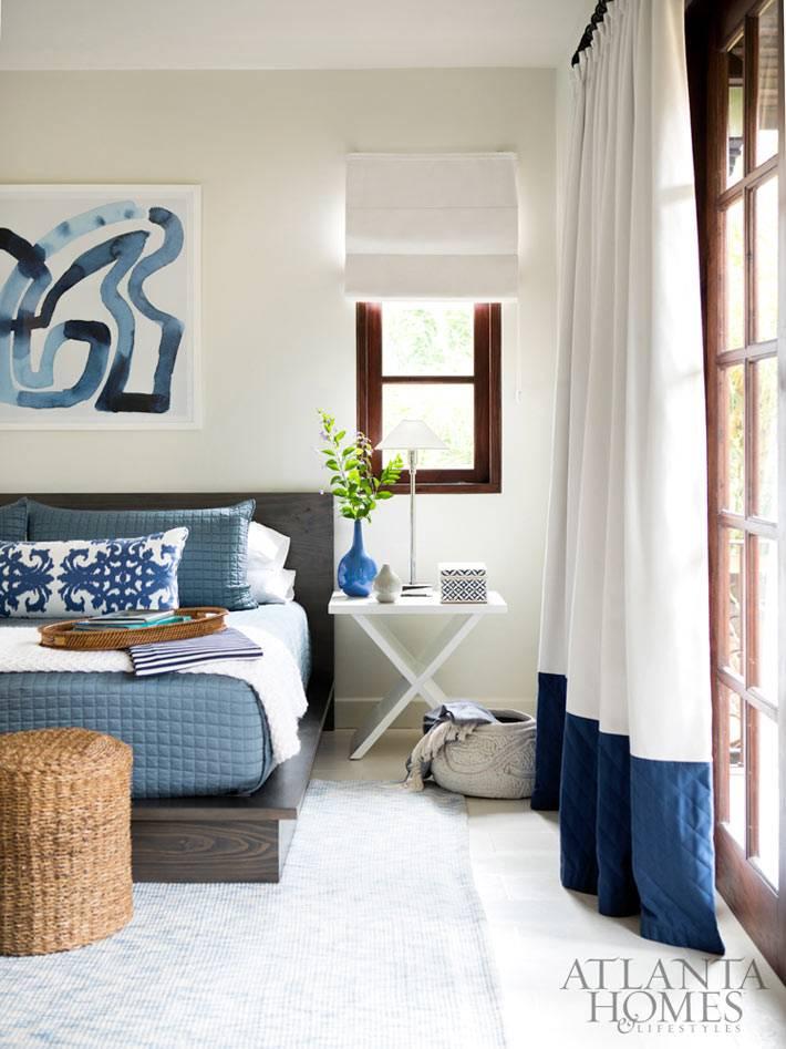 сочетание синего и белого цветов в дизайне спальни фото