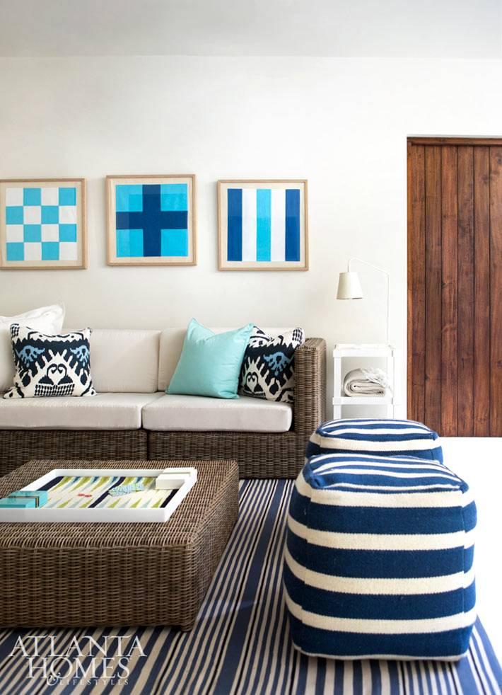 плетеные диван и столик в гостиной комнате