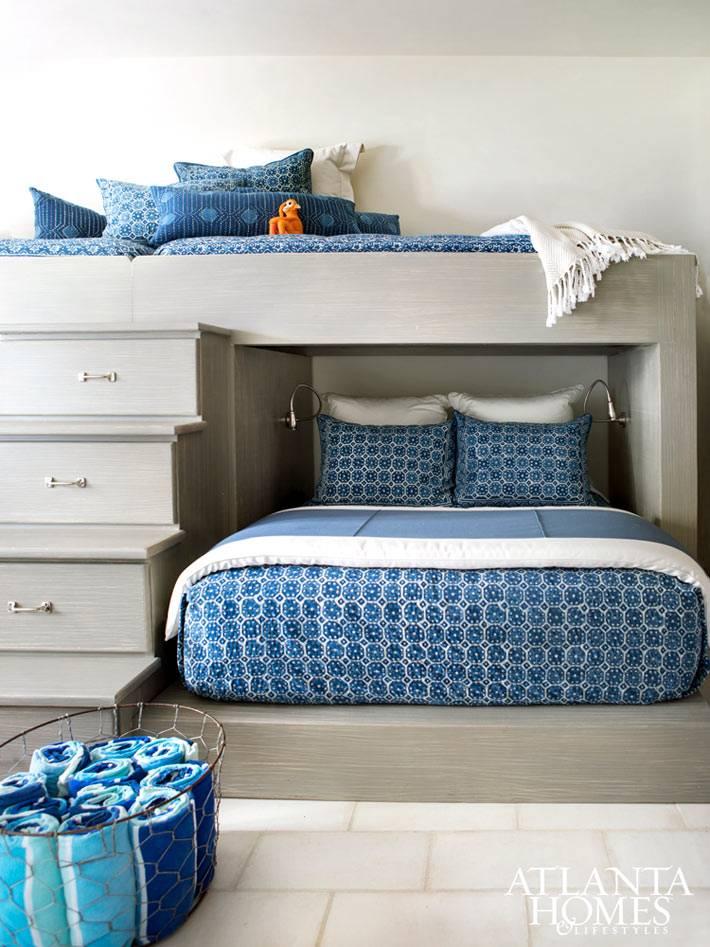 ступени в ящиках на двухъярусной кровати в детской комнате