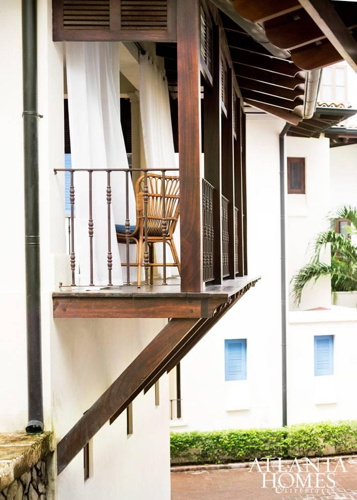 Плетеное кресло на открытом балконе