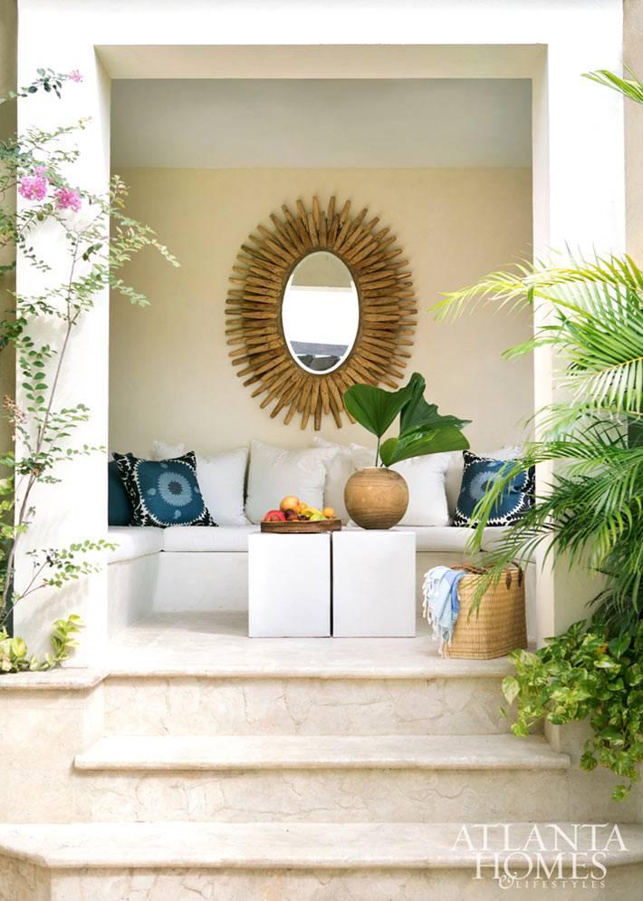 зеркало-солнце стало ацентом в декоре открытой террасы