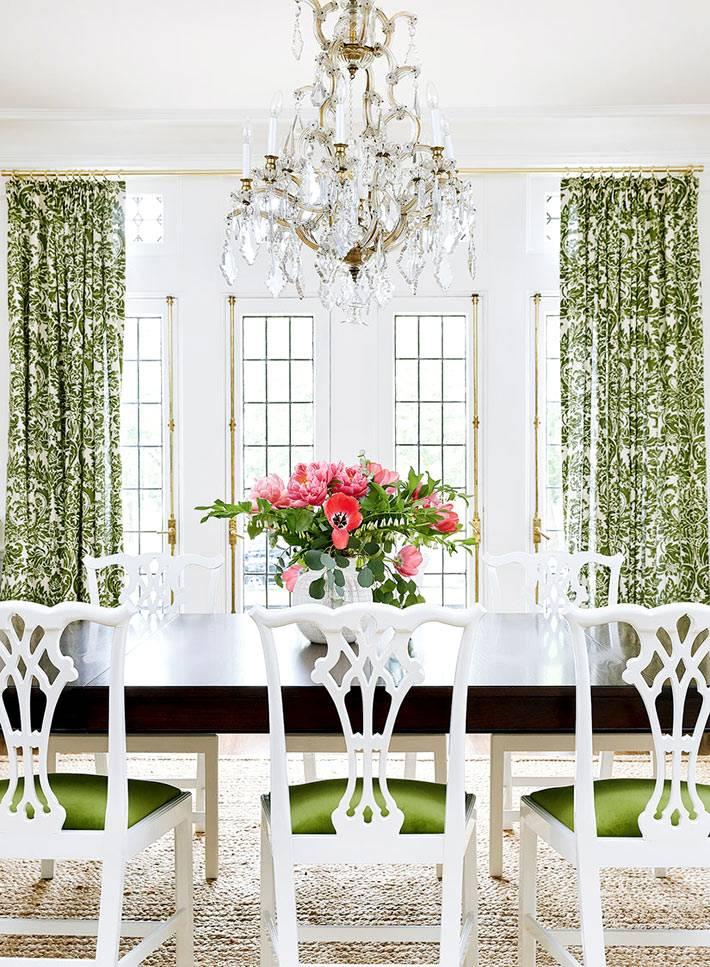 Сочетание белого и зеленого цвета в оформлении столовой комнаты фото