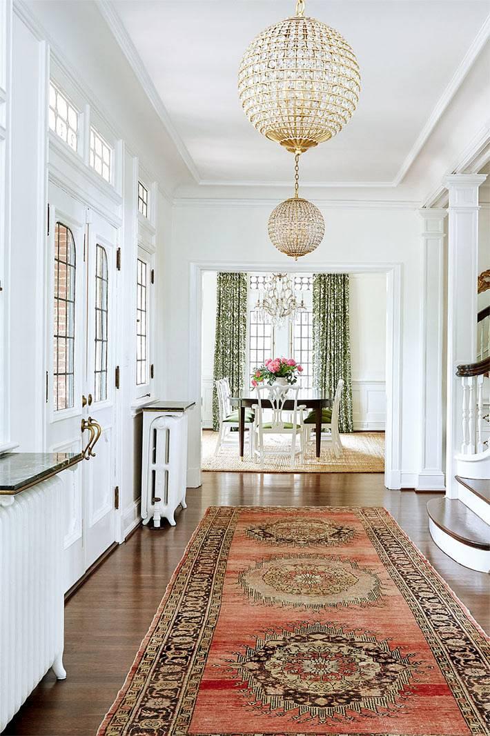 Прихожая дома белого цвета с красным ковром фото