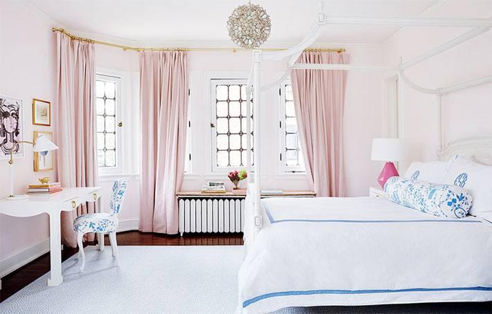 Розовые шторы и белый цвет в нежной спальной комнате фото