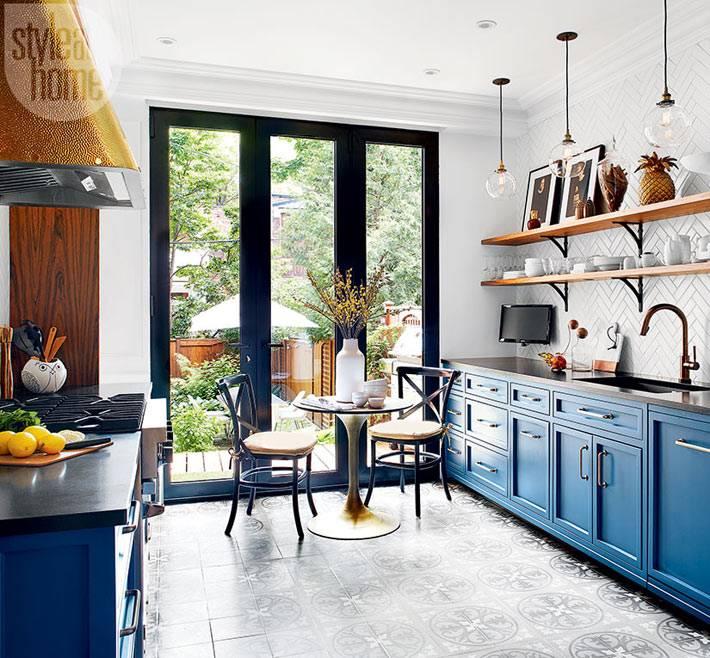 Окна в пол и синяя мебель в интерьере кухни фото