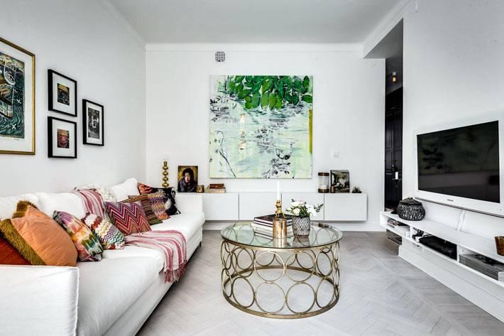 уютная гостиная комната с круглым журнальным столом