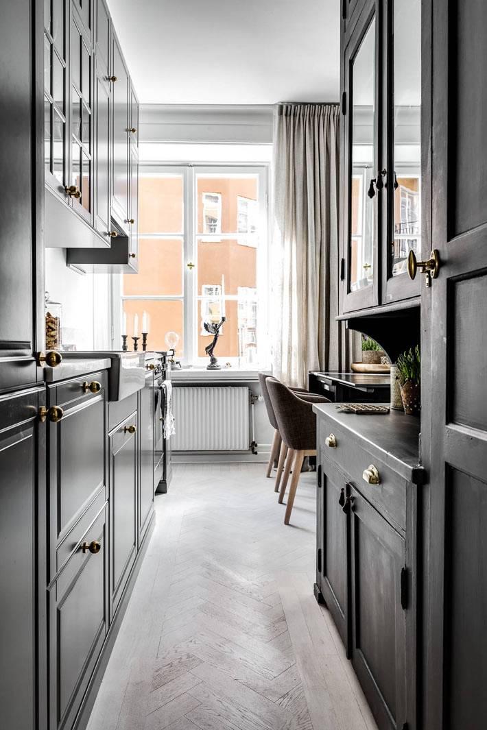 темно серая мебель на кухне выглядит элегантно фото