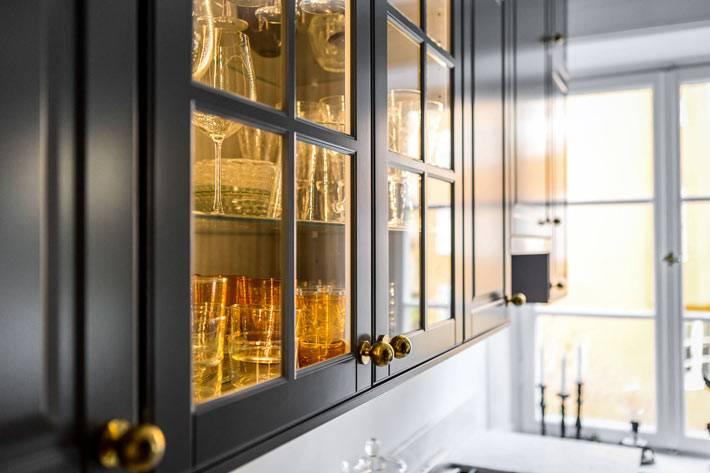 Подвесной застекленный шкаф для хранения бокалов и стаканов