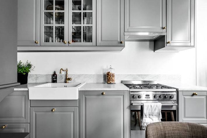 кухня серого цвета с белым фартуком фото