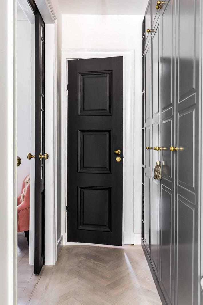 серый шкаф в прихожей повторяет цвет и фактуру кухонных шкафов