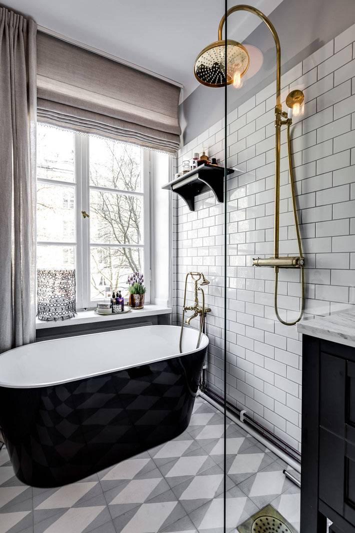 Окно со шторами в ванной комнате с отдельным душем