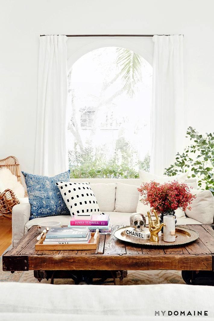 Гостиная комната с журнальным столиком из состаренного дерева