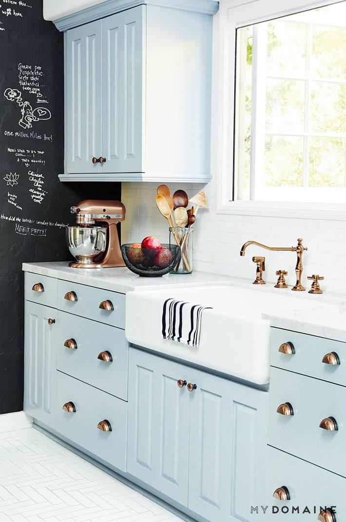 светло-голубая кухня с черной графитовой стеной для записей