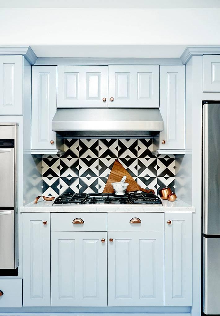 красивый дизайн светло-голубой кухни с геометрическим узором фартука