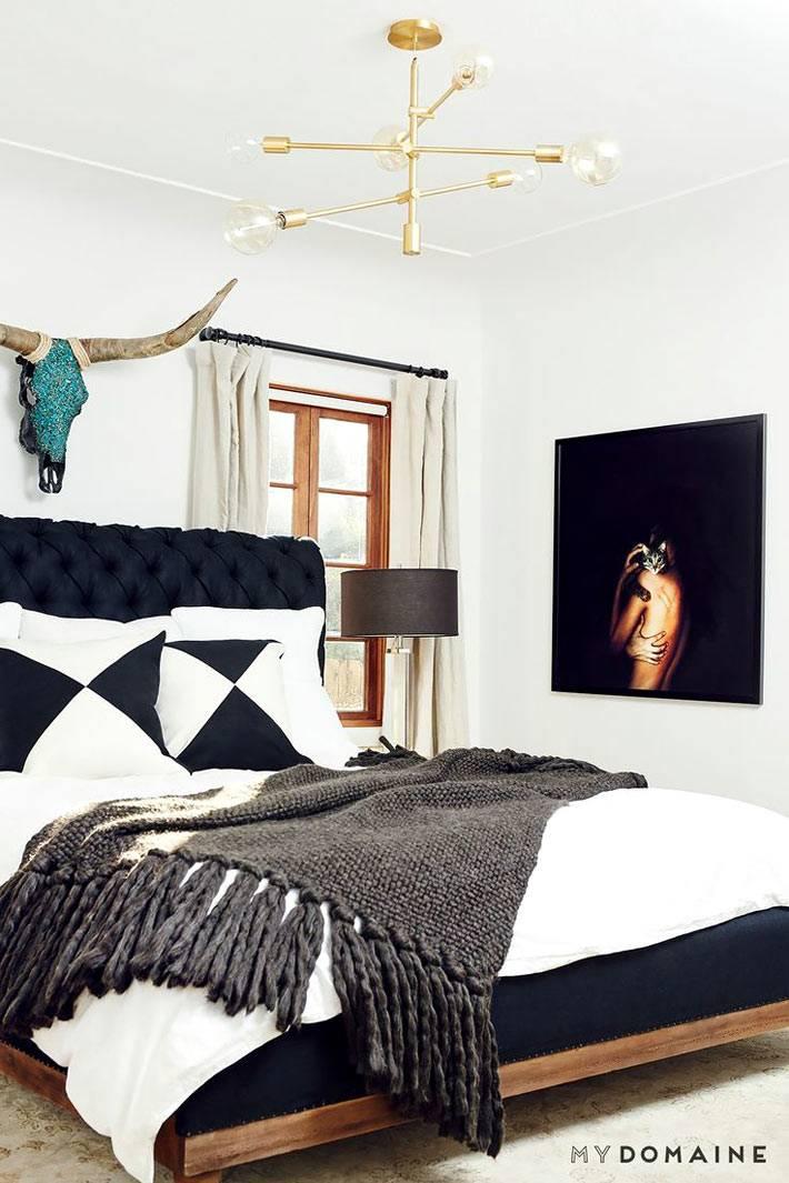 кровать черного цвета в ансамбле с черной картиной в интерьере спальни