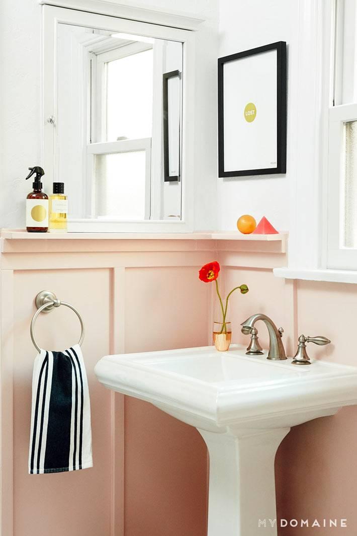 нежный интерьер ванной комнаты белого и розового цвета фото