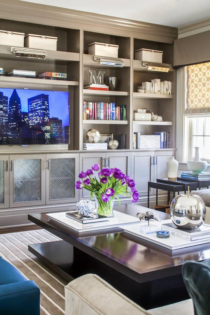 серая мебельная стенка в классическом стиле с телевизором в гостиной