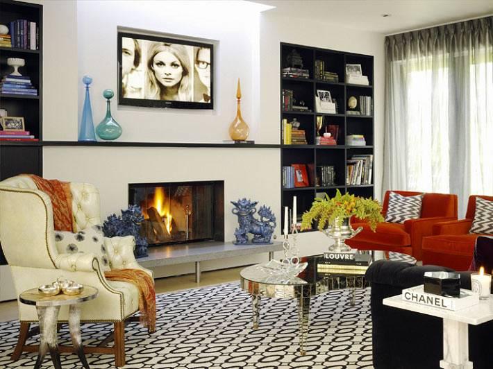 цветная гостиная комната с камином и полками в нишах
