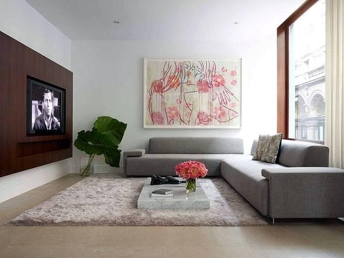 серый диван и мягкий серый ковер располагают к уюту