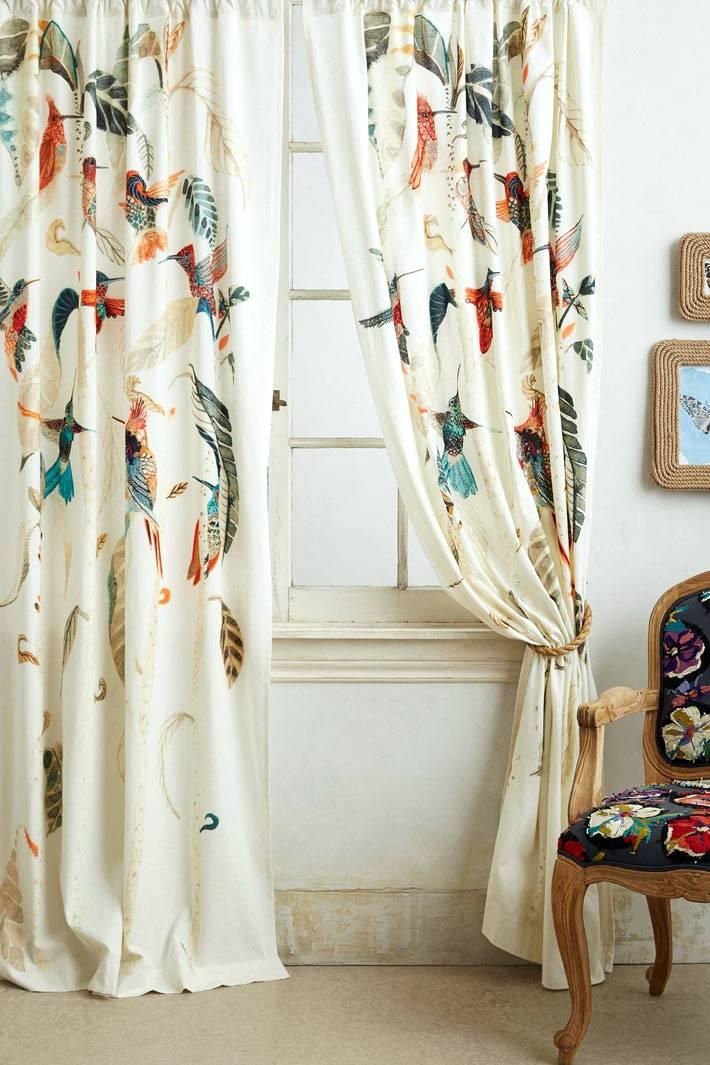 красивые белые шторы с рисунком из птиц фото