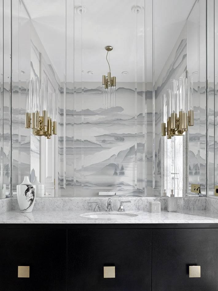 Монохромный интерьер ванной комнаты с расписанными художником стенами