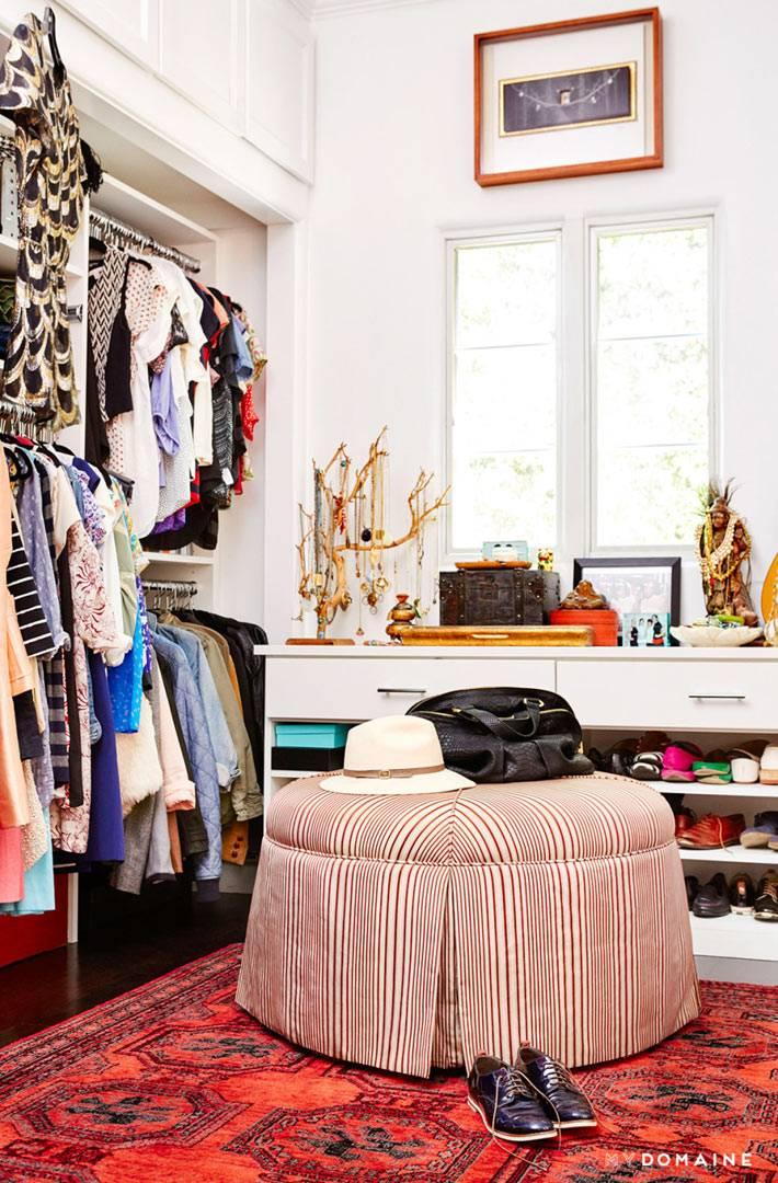 Большой круглый пуф и комод для обуви в гардеробной комнате
