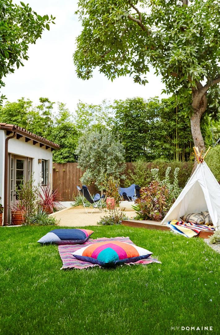 место для отдыха и детская игровая зона во дворе дома