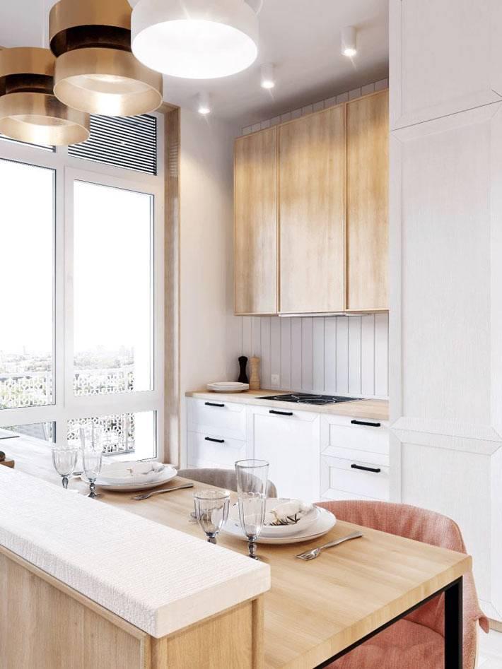 маленькая кухня с деревянными шкафчиками в квартире-студии