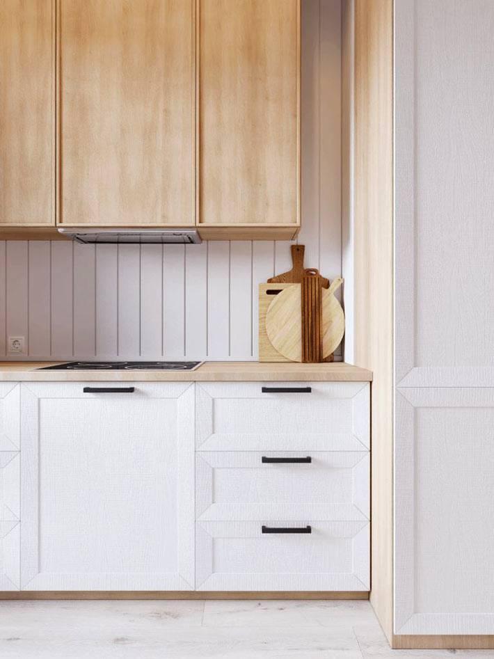 навесные деревянные шкафы на кухне и нижние шкафчики белого цвета