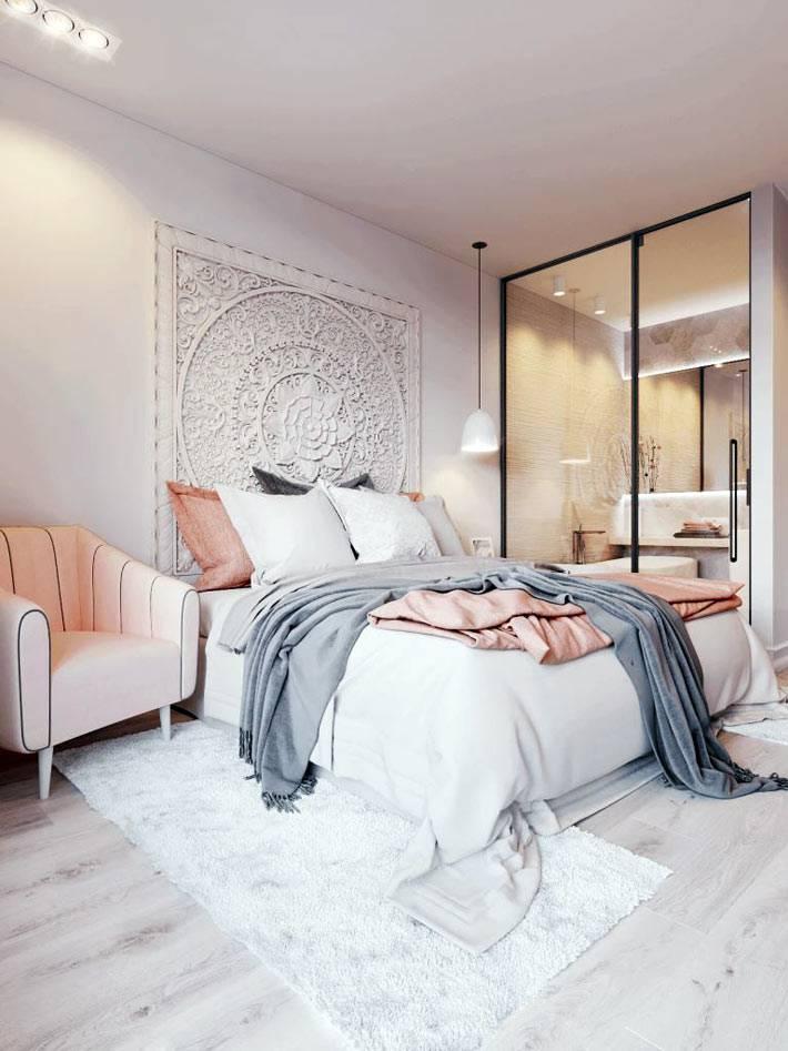 Ажурное панно на стене в дизайне интерьера спальни фото