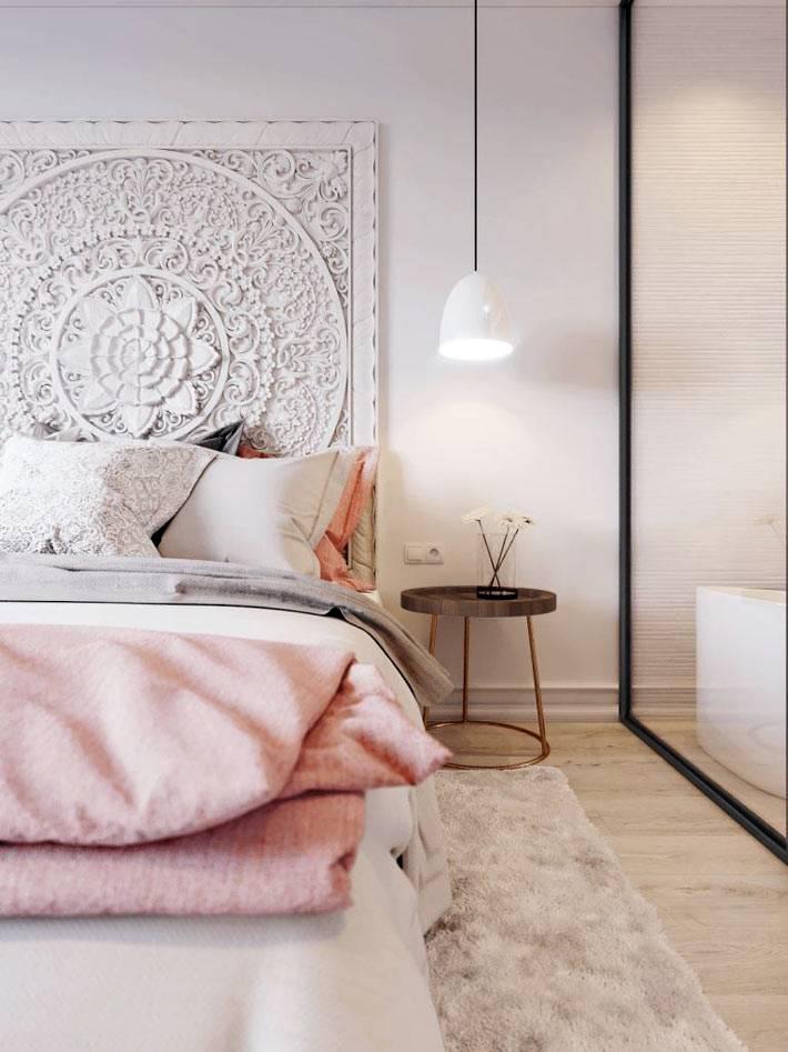 красивая уютная спальня с мягкими ковриками и круглым столиком