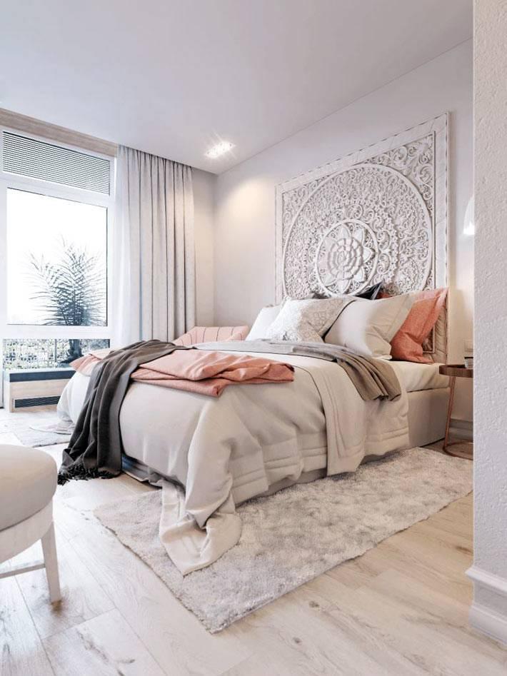 интерьер спальни белого цвета с большой кроватью