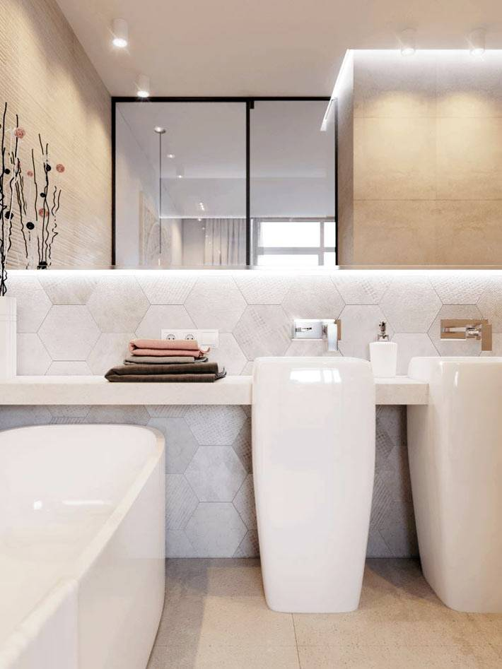 бледно-розовый кафель и большое зеркало в дизайне ванной фото