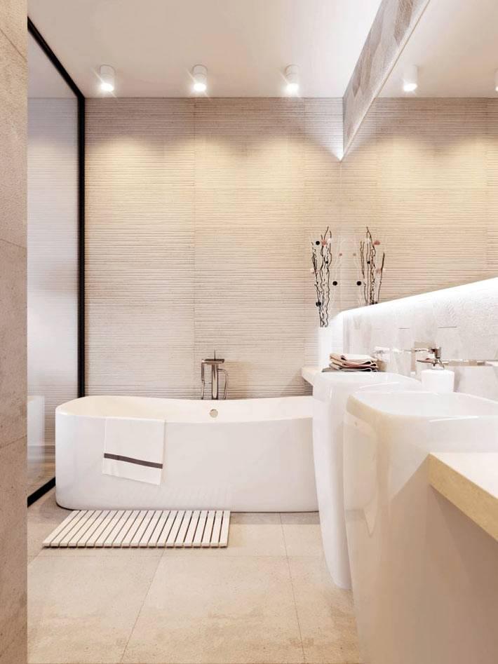 Ванна изогнутой формы и высокие необычные умывальники в интерьере ванной комнаты