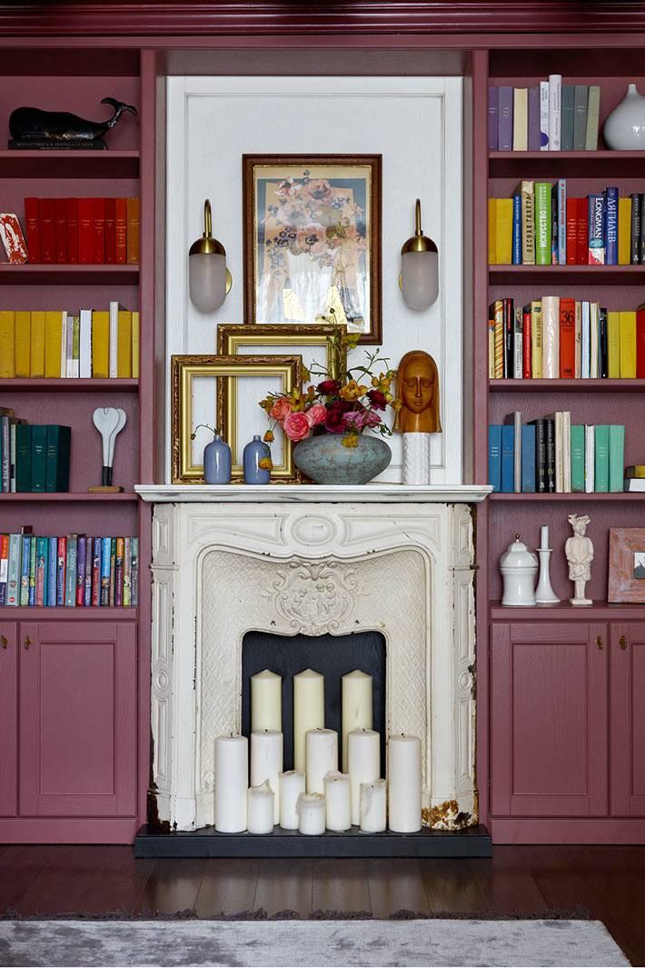Сливовый цвет шкафов и белый камин в квартире дизайнера Нади Зотовой фото