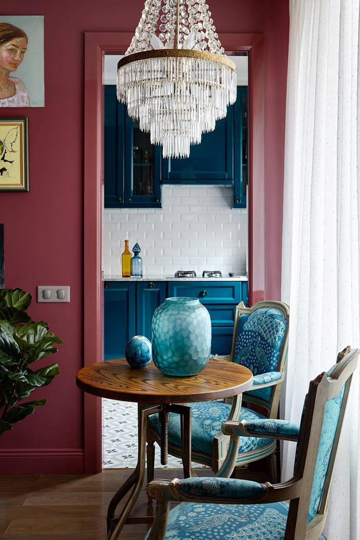 Синий цвет кухни продолжается в гостиной на стульях и вазах фото