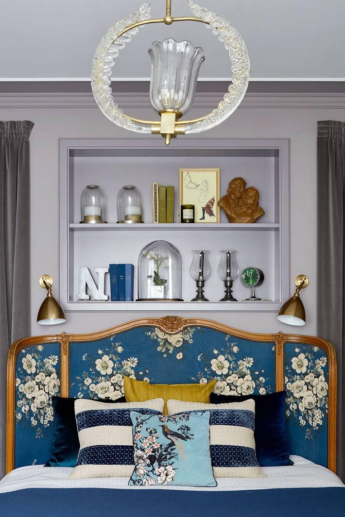 Интерьер спальни Нади Зотовой с серыми стенами и кроватью с красивым изголовьем