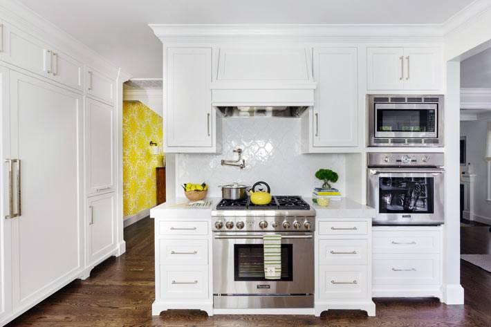 кухонная плита, микроволновка и духовка расположена в отдельной зоне