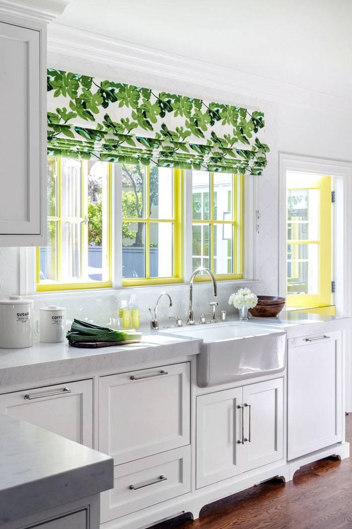 акцент на желтом окне с зеленой римской шторой на кухне